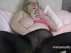 Beamy titted Sally moorland pantyhose