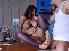 Cougar brunette shakes cock in extreme modes