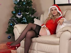 Aberrant alone sweetie Cindy gets nude and enjoys solo on Xmas