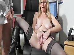 Vollbusige Sekretärin fickt ihren Chef im Büro