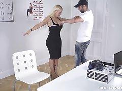 Bombshell Blondie Fesser casting for Buttformation