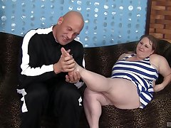 Fat skirt Sapphire opens her legs concerning be fucked at the end of one's tether a handsome dude