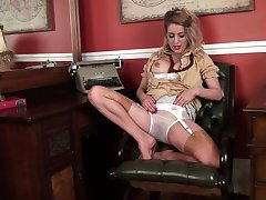 Video be advantageous to Mr Big grown-up Patricia Forbes having some solo fun